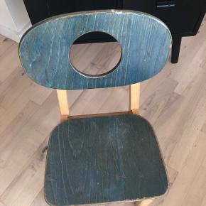 Sød barnestol i petrolium fra Leika. Fejler ingenting og super robust. Prisen er fast! Siddehøjde: 35 cm  🎈se også mine øvrige annoncer 🎈