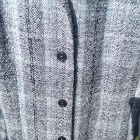 Jakke i blå farver.  Det ses på uldet den er brugt men stadig fin.   Byd gerne 🤗