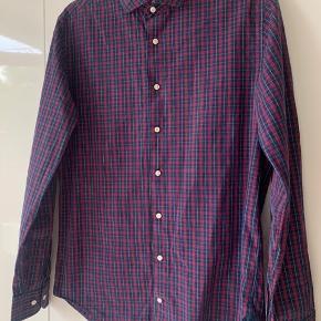 Flotte skjorte sælges  Til mænd Str medium  Fra Tommy Hilfiger  Brugt en del med stadig har meget fin stand  Mp 50kr