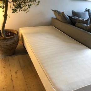 Rigtig fin seng fra IKEA, der ikke har taget skadet af brug.  Derudover er der topmadras vi også meget gerne vil af med, men den koster yderligere 500 kr  Der monteret hjul og meder på sengen, som let kan afmonteres.  Kan afhentes i Hørsholm   Ca. Mål  Højde 44 cm  Bredde 90 cm Længde 200 cm