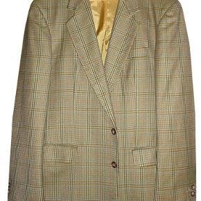 Dejlig jakke fra NIK Exclusive i gyldne farver, jakken er brugt få gange og som ny. Størrelsen hedder 108.  porto 44 kr