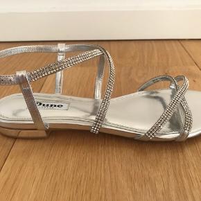 Dune Sparkly sandaler Aldrig brugt - kun prøvet på.   Fra hjem uden røg eller kæledyr.  Kan afhentes i Kbh K. Sender gerne, køber betaler porto.