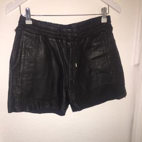 Super fine Sofie Schnoor lædershorts i str. S. Desværre er skindet revnet en smule i den ene side, og sælges derfor billigt :-)
