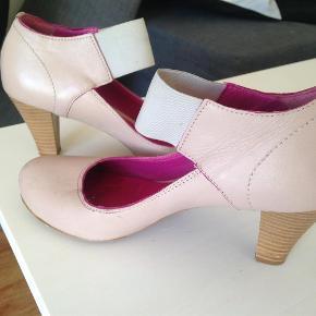 Varetype: Flotte sko med hæl  #RydUdfordringen Farve: Beige  #RydUdfordringen
