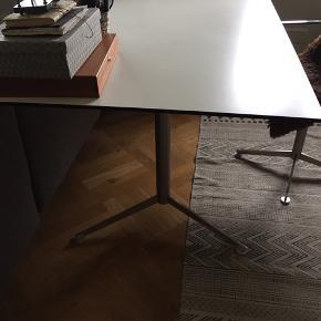 Gubi skrivebord i hvid laminat og ben i stål. Sælges pga flytning og billigt da der er skåret lidt af breden i højre side (vi har haft det stående op ad en væg) B 170 cm D 90 cm H 72 cm