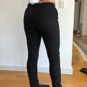 Super fede business bukser jeg desværre er vokset ud af, de ser pænere ud på en med tyndere ben de sp vil sidde løst. Passer en xs/s