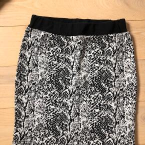 Sælger denne flotte nederdel med print i slangeskind 🌸 Np var 350kr  Den kan hentes i Aarhus og Skanderborg, ellers sendes på købers regning☀️