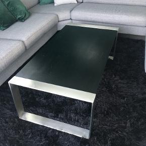 Sofabord sælges. Fremstår med brugsspor, men ellers i god stand. Købt i BoBedre.  B: 65 cm, L: 126 cm, H: 42 cm.