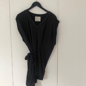 Kjole med fin detalje i hals udskæringen. Jeg er 160 høj og den er en kjole for mig. Så hvis du er højere vil den være ret kort. Kan også bruges udover et par jeans eller lignende.  Passer også en str 38