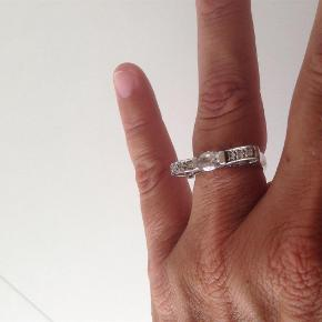 Brand: sølv Varetype: sølv ring med similisten Størrelse: 53 Farve: sølv Oprindelig købspris: 450 kr.  Super sød sølvring, med similisten og udskæringer, mindstepris 150pp, bytter ikke. Handler gerne via Mobile pay.