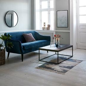 2,5 personers sofa i Mørkeblå velour. Et par måneder gammel, men fremstår som ny. Nypris var 3500 + 300 kr i fragt (da sofaen ikke fås i butikkerne). Sælges da jeg snart flytter.  OBS. Afhentning og evt. aftale med flyttetransport arrangeres og betales af køber.