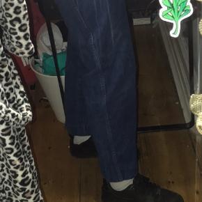 Sælger de her mega fede mørkeblå mom jeans, som jeg købte i genbrugsbutikken Prag. Sælger dem fordi de dsv er blevet for små:( Np: 250 kr Mp: 100 kr (kan godt forhandles) Str: 34 i bredde, ca 30 i længde Stand: gode som nye, har nærmest ikke brugt dem Kan mødes hvis du bor i København området