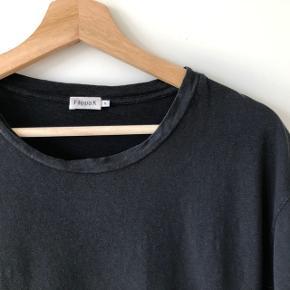 Sort t-shirt fra Filippa K i 40 % linen.  Det er en lidt stor Small og ville også kunne passe en medium.