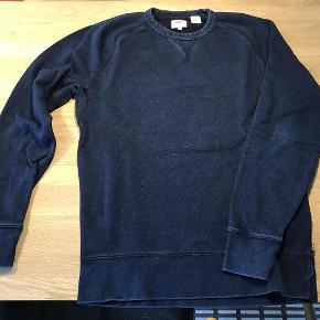 Varetype: Sweatshirt Størrelse: M Farve: Mørkeblå Oprindelig købspris: 600 kr.  Super smart Levis sweatshirt i mørkeblå meleret. Der er en voksen str. S men er brugt af en dreng på 13/14 år.  Jeg har ligeledes en mørkegrå Lacoste sweatshirt , en lys grå Bennetton, en blå blazer samt en Stone Island dunjakke til salg.
