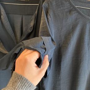 To stk pæne skjorte-bluser. En med lange ærmer en med korte.  Første foto gengiver den egentlige farve.  Sælges samlet til kr 129,-