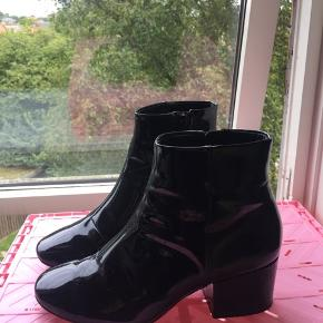 H&M støvler, gode at gå i! Kan desværre ikke passe dem, så de sælges billigt. (Få brugsspor og skrammer) Bud modtages :)