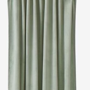 4 gardiner fra Ellos i modellen Daisy i velour, 250 cm.  Nypris 499 for 2 stk.  Mindstepris 500 for alle 4.  https://www.ellos.dk/ellos-home/gardinlaengde-med-rynkeband-daisy-i-velour-2-pak/1044015-13
