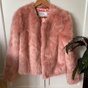 Stand lyserød pelsjakke str. 40 Aldrig brugt  Ny pris 1200 kr