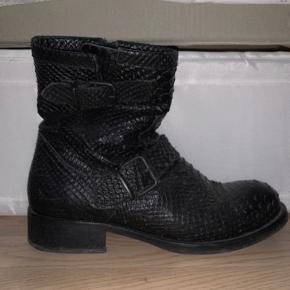 Billi bi støvler sælges da de ikke længere bliver brugt. De er brugt maks 10 gange og fejler absolut intet. Byd