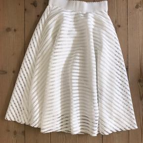 Super nice white skirt from the brand New look in size UK 8, corresponds to an EU S / 36, with zipper.