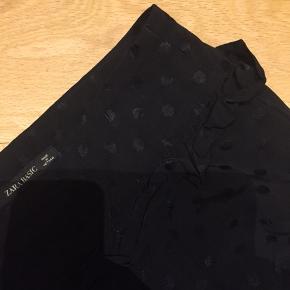 Skønne vide bukser med prikker sort i sort og flæse ved taljen