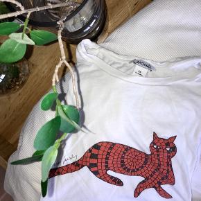 T-shirt fra Monki. Brugt et par gange derhjemme. BYD gerne🌸