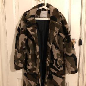 """Sælger min millitærprintet jakke fra """" Minimum """". Den er købt i Kings and queens butikken. Jeg har ikke kvitteringen på den, og det er en str 34 ( den er stor i størrelsen da jeg plejer at bruge 36-38 ). Cond 7/10 Np er 1200, men sælges billigt, byd!"""