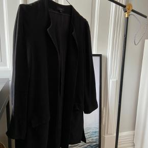 BESKRIVELSE: Smuk og elegant blazer/jakke i sort fra COS🖤 💛 Er i tyk og god kvalitet - kan bruges til overgangsjakke med en varm strik under.   STØRRELSE/PASFORM: Den passes af en størrelse small-medium alt efter hvor oversize, man ønsker den!  MØDESTED: Aarhus C eller omegn   PORTO: Køber betaler (ca. 37 kr.)   RABAT: Jeg giver mængderabat, så tjek mine andre annoncer! 🌸 Har både ting fra GANNI, COS, Baum&Pferdgarten og &OtherStories!