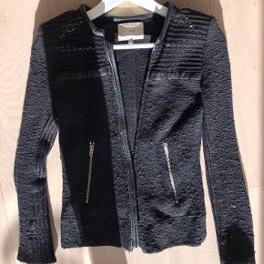 Sælger denne Iro jakke med læderkant.   Den er brugt en del men passet godt på og har ingen huller eller lignende.   Mindstepris 400kr
