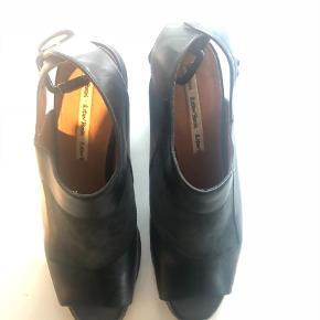 Varetype: Heels Farve: Sort Oprindelig købspris: 1100 kr.  Flotte hæle fra Other Stories i ægte læder.Kan bruges til efteråret og om vinteren med strømpebukser/strømper.  Brugt få (max 3) gange, i rigtig god stand. Jeg er en str. 38,5 i størrelse, og de passer mig perfekt.
