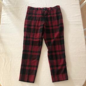 Et par virkelig dejlige bukser fra samsøe samsøe. De er røde og ternet. Flotte.   Str 48 Næsten som nye
