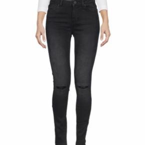 Varetype: Ripped jeans Størrelse: 29-30 Farve: sort,   blå Oprindelig købspris: 1299 kr. Prisen angivet er inklusiv forsendelse.  Haves i både blå og sort. Begge par er str. 30, men måske lidt små i str., jeg bruger normalt 29