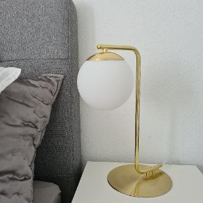 Nordlux Grant bordlampe. Kun brugt i ca. 1 mdr. Fejler intet.  Nypris 499 kr.  Sælges for 300 kr.