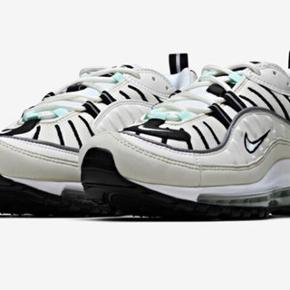 Nike Air Max 98.  De er super flotte og har farverne hvid, sort og beige + små mintgrønne detaljer ved snørebåndene og på hælen. Det er en størrelse 38,5. Jeg bruger normalt str 37, men kan sagtens også passe disse.  Der er en smule brugstegn på reflekserne, men ellers er de helt fine