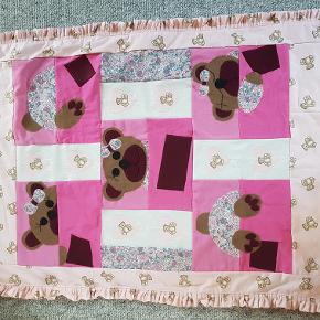 Babytæppe. Forside bomuld, bagside bomuld og fleece. Måler ca. 100 x 80 cm