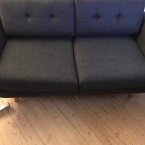Sofa. Stof. 2 pers. Den er fra sofakompagniet. Flot velholdt sofa i farven mørkegrå. Pga pladsmangel er vi desværre nød til at sælge den.   Spørg endelig for flere informationer😊