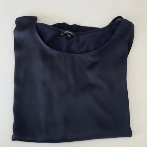 """Str. 46. Blå bluse. """"Satin"""" foran og bomuld bagpå. Kan sendes mod betaling af porto kr. 40,00 med DAO."""