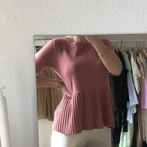 Denne smukke bluse er en gammel gave, som jeg aldrig har fået brugt. Størrelsen er en medium! :)