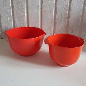 2 Røsti skåle sælges. Mål: den store ø 24 cm   og højden er 14 cm, den lille skål: ø 20 cm og 13 cm høj. Sælges for 100 kr pr stk
