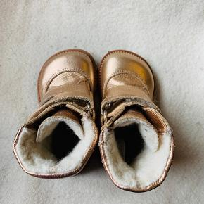 Skønne vinterstøvler fra Angulus med foer i uld og skridsikre såler i rågummi.  Tex Metallic  Kun brugt enkelte gange, da mit barn foretrak sine termostøvler.  Vecro lukning, som gør dem nemme og hurtige at tage af og på.