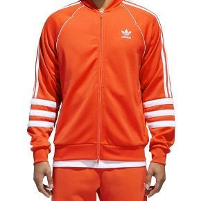 Sælger denne udgåede Adidas track-top. Den kan ikke fås mere overhovedet, og jeg har aldrig brugt den. Sælges da den er for stor til mig.  Byd endelig :)