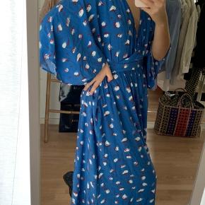 Smuk lang kjole fra custommade. Aldrig brugt. Str XS, men fitter også en small eller lille medium (som jeg selv er)  Lukkes med en lynlås i siden.   Nypris : 2000 kr.  model : GLENNA  Prisen er fast + fragt.  Ved køb af 2 varer eller mere, betaler jeg for fragt.  #30dayssellout