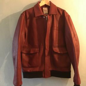 Lækker bordeaux farvet læderjakke fra Woodwood. Brugt to gange, så fremstå som ny. Nypris 3800.
