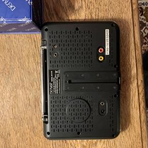 """Denver 7"""" fjernyn  16:9 skærm LIlle bærbart fjernsny eller monitor Fjernebekjening, stand, kabler brugervejeldning. Det hele er der.  OBS at det modtager analoge signaler så det virker ikke direkte i Danmark, men kan stadig bruges som skærm  Sendes ikke"""