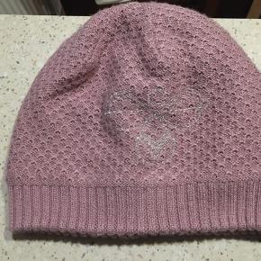 Flot varm hue med fleece indeni i støvet rosa farve med sølv logo. Str. 54/56.