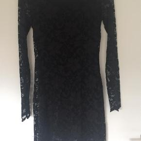 Varetype: Midi Farve: Sort  Fin blonde kjole. Alle mærker afklippet. Bytter ikke og handler via mobilepay :-)