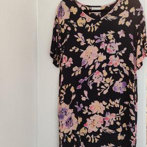Super flot kjole fra Ganni, som jeg desværre ikke kan passe mere  Der står str. XS i den, men svare nok til en m sæt efter hvor oversize den skal være   Det er 100% viscose, så kroppen kan ånde i den