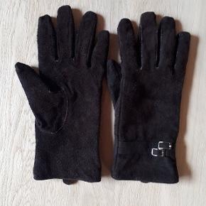 """Brune handsker i str. L.  Er sat som """"god men brugt"""", da de er håndvasket 1 gang.  Hentes i Roskilde eller sender med DAO mod betaling af fragt."""