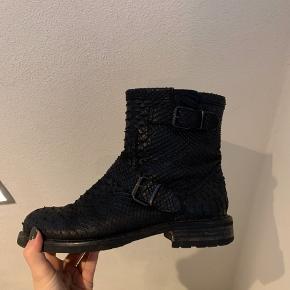 Billi Bi støvler med foer - hvilket er med til at give god varme. Brugt en del, men er stadig i virkelig god stand.
