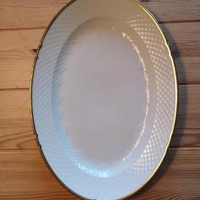 Fint serveringsfad i B&G serie: 'Åkjær Creme'. Har lidt patina, men guldkanten er intakt. Fadet har dog et skår på undersiden, som ikke ses ovenfra. Afhentes i KBH NV.